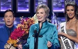 بالفيديو- هكذا سخرت مقدمة جوائز People's Choice من تتويج ستيف هارفي لملكة الجمال الخطأ