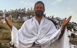 نشر الممثل ماجد المصري صورة له بملابس الإحرام من على جبل عرفات أثناء تأديته لمناسك الحج، داعيا الله أن يتقبل منه.