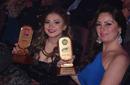نيرمين الفقي ومنة جلال سعيدتان بجوائزهما من الموند