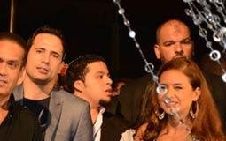 صورة لنيللي كريم وظافر العابدين وأحمد وفيق مع منتج المسلسل جمال العدل