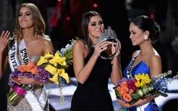 بالصور والفيديو- مقدم حفل ملكة جمال الكون 2015 يتوج الفائزة الخطأ!