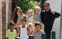 جولي وبيت مع أبنائهم الستة