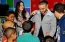 بالصور: تامر حسني ودرة يلعبان مع أطفال المعهد القومي للأورام