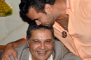 سامو يقبل رأس محسن جابر
