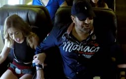 """بالفيديو- مجدي عبد الغني لراكبة """"هبوط اضطراري"""": أنا المصري الوحيد الذي أحرز هدفا في كأس العالم"""
