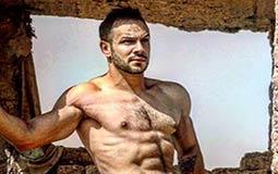 بالفيديو- محمد عطية يجيب عن تساؤلات جمهوره حول عضلاته