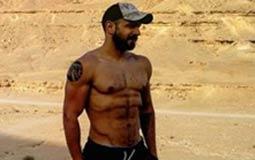 بالصور- محمد عطية يستعرض عضلاته في الصحراء