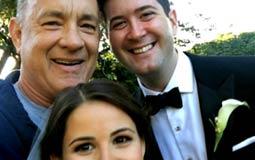 فاجأ الممثل الأمريكي توم هانكس عروسين كانا يلتقطان صور الزفاف عندما طلب منهما التقاط سيلفي، ولم توجه دعوة لهانكس لحضور الزفاف بل تصادف وجوده بالحديقة آنذاك.