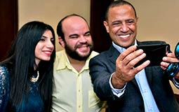 أشرف عبد الباقي يلتقط صورة مع العروسين