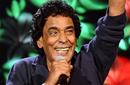 """""""ألتراس منير"""": محمد منير ودع العزوبية خارج مصر!"""