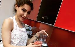 """يارا  كشفت المطربة اللبنانية يارا لمعجبيها حبها للمطبخ من خلال صورة لها ظهرت فيها مرتدية """"مريلة"""" المطبخ وتقوم بإعداد عصير الرمان."""