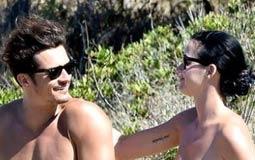 أورلاندو بلوم يصيب مستخدمي Twitter بالجنون بسبب صوره العارية تماما مع كاتي بيري