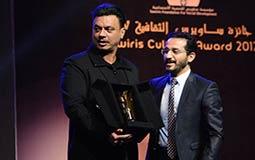 أحمد حلمي يسلم عباس أبو الحسن جائزة والدته الراحلة شمس الإتربي