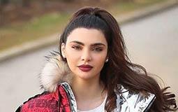 قمر اللبنانية ترد بغضب على منتقدي صورتها والإشارة الخارجة