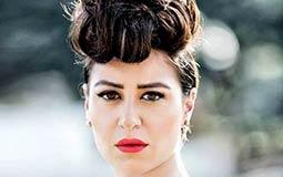 منة شلبي غابت عن الأنظار لفترة طويلة في 2014، ولكنها كانت تعود على فترات بإطلالة جديدة، ومنها على يد المصور خالد فضة.  نالت منة أيضا كذلك الانتقادات