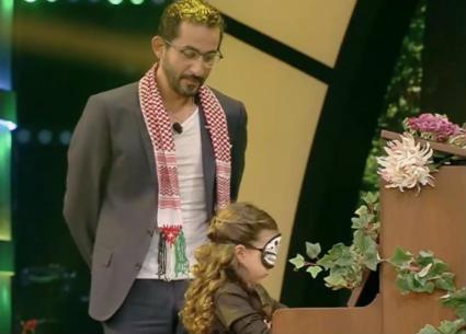 """تارا الخوري تعزف البيانو معصوبة العينين في """"نجوم صغار"""""""
