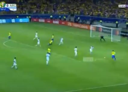 هدف البرازيل الأول في شباك الأرجنتين
