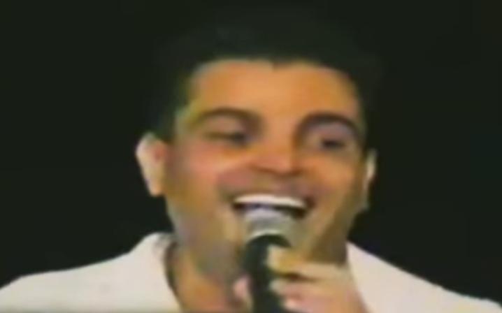 فيديو نادر لعمرو دياب.. الفرقة بتتنطط على المسرح