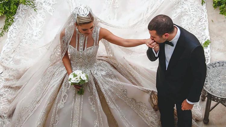 عمرو أديب عن فستان زوجة ابن إيلي صعب: شغل المعلم لابنه