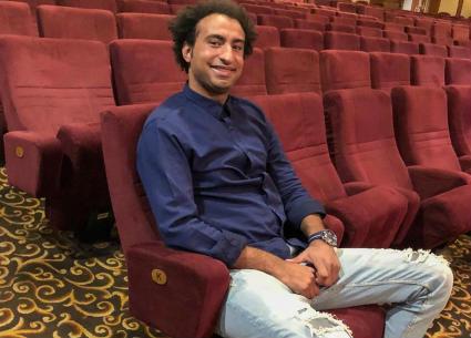 """فيديو طريف - غناء علي ربيع في كواليس """"مسرح مصر"""""""