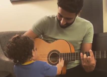 طفل كارمن سليمان ومصطفى جاد يتعلم عزف الجيتار من والده