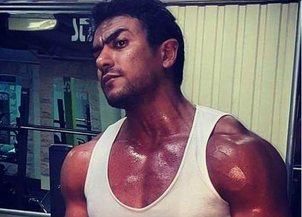 تدريبات عنيفة لأحمد العوضي على الفنون القتالية