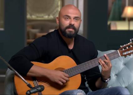 """أحمد صلاح حسني يغني """"معاك برتاح"""" لعمرو دياب على الجيتار في """"صاحبة السعادة"""""""
