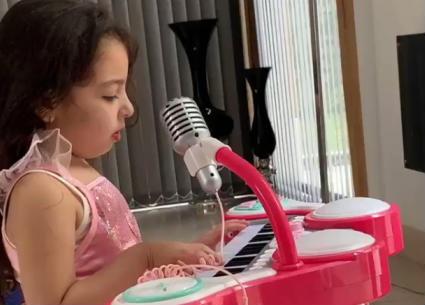 محمد صلاح ينشر فيديو لطفلته مكة وهي تعزف الموسيقى