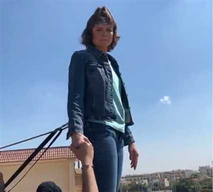 """يسرا اللوزي على الحافة..لحظة مخيفة من تصوير """"سوبر ميرو"""""""