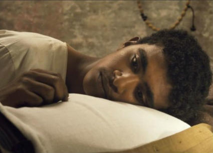 """بطل """"ستموت في العشرين"""" يقلد محمد رمضان في الجونة"""