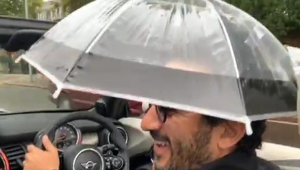 كيف تغلب أحمد حلمي على الأمطار أثناء قيادة السيارة؟