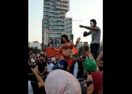 شاهد..راقصة شرقية في مظاهرات لبنان