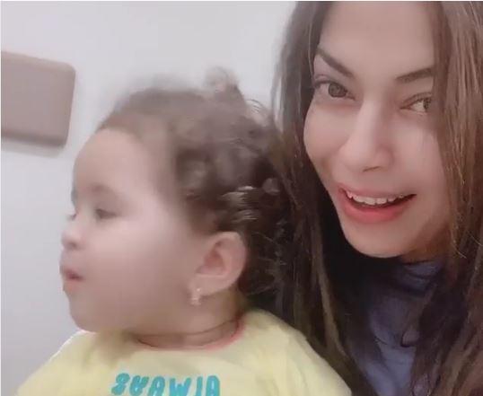 موقف طريف لداليا مصطفى مع طفلة بسبب زجاجة مياه
