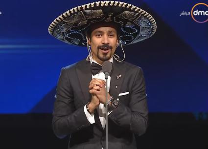 أحمد داود بالقبعة المكسيكية تكريما لضيف شرف القاهرة السينمائي