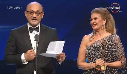 يسرا تسلم شريف عرفة جائزة فاتن حمامة التقديرية في القاهرة السينمائي