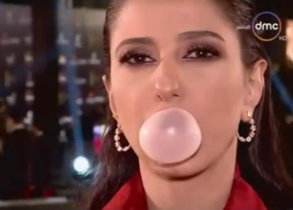 """النجوم يدخلون تحدي """"نفخ اللبانة"""" في افتتاح مهرجان القاهرة"""