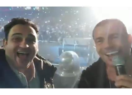 """عمرو دياب يحتضن أكرم حسني على مسرح """"ميدل بيست"""""""