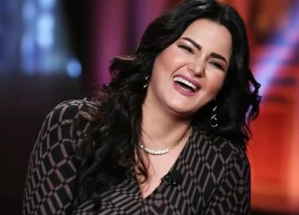 """إعلامي يقارن مشاهدات برنامجه بمشاهدات """"بيجامة"""" سما المصري"""