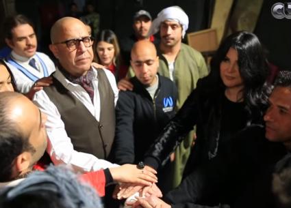 منى الشاذلي تقرأ الفاتحة مع أشرف عبد الباقي وفرقته