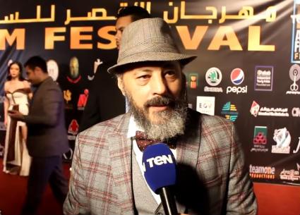 أنا إنسان تافه! رد غير متوقع من عمرو عبد الجليل على مراسل TeN TV