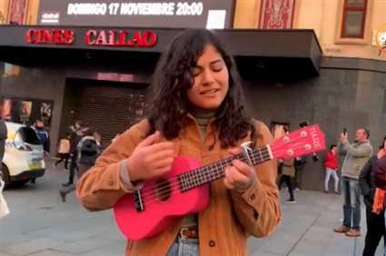 """ماريا إدوارد تعزف على """"اليوكوليلي"""" في الشارع"""