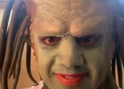 ممثل شهير يتحول إلى كائن فضائي في فيديو!