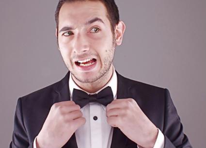 أحمد الروبي يتحدى الملل بالغناء في شرفة المنزل