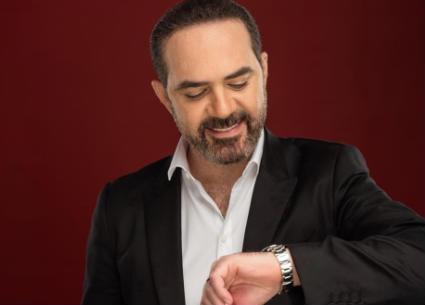 بوقاية كاملة..مزين المشاهير يقص شعر وائل جسار