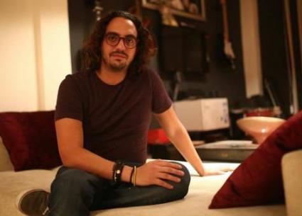 بسبب الملل..مروان يونس يكلم أثاث منزله!