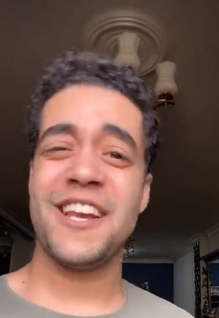 """فيديو- خالد أنور في مشهد من مسرحية """"المتزوجون"""""""
