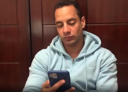 """بسبب الملل..عمرو وهبة يفكر في قضاء ليلة مع """"الفراخ في التتبيلة""""!"""