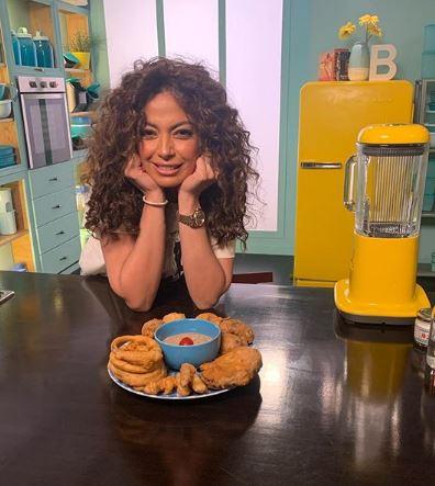 حزب البسلة.. داليا مصطفى تستعرض مهارتها في الطبخ