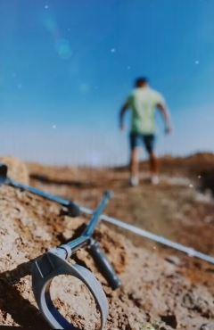 فيديو- رامز أمير يتخلص من العكازين بعد تعافيه من الإصابة
