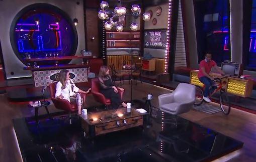 """فيديو- سامح حسين يدخل الأستوديو بـ""""العجلة"""""""